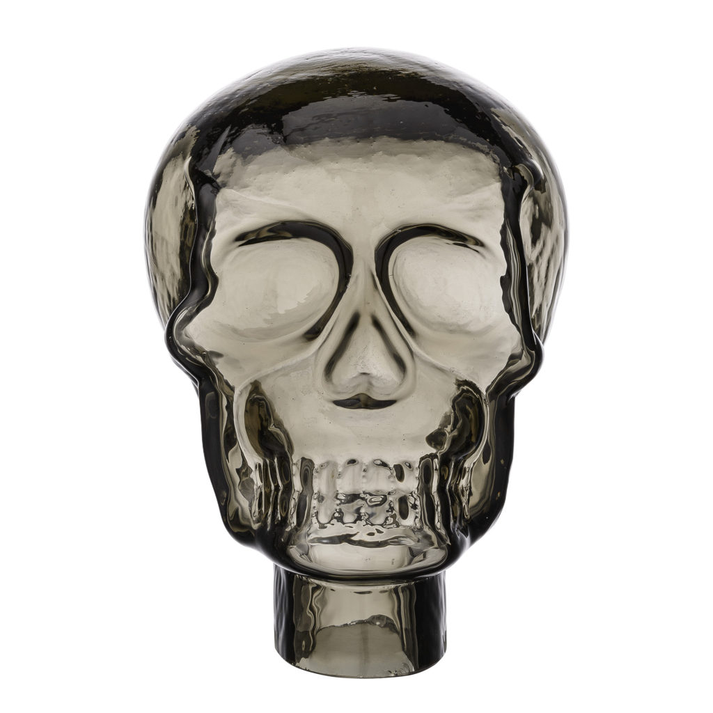 lyxig grå glass skull as a statement decoration for home